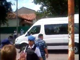 La combi en la que viajaba Macri es repudiada por los vecinos cercados por un cordón de la Policía Local. FOTO sacada del video GASTON RESISTE en RESISTIENDO CON AGUANTE Esteban Echeverría-Ezeiza.