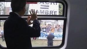 Macri inauguró la electrificación del tren Roca que hizo Cristina Fernández y la gente le recordó que la suya era una política de hambre.