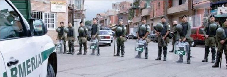 La Gendarmería se mueve en el Bajo Flores como si fuera la fuerza de ocupación de un país invasor. FOTO: RESISTIENDO CON AGUANTE.