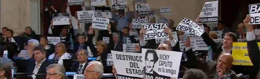 La bancada opositora mostraba carteles que incomodaron a Macri. La televisión oficial buscó que no salga en la cadena.