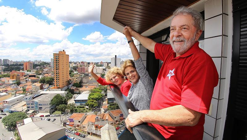Ante una multitud que concurrió a su casa Lula le levanta la mano a Rousseff. FOTO: INSTITUTO LULA.