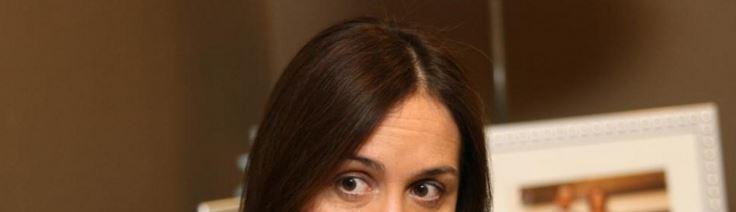 Vidal entrenó sus labios para sonreir en cualuier circunstancia. Sus ojos muestran que el cargo de Gobernadora parece quedarle grande.