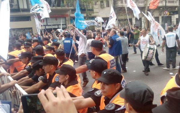 Mientras Macri hablaba de concordia, la Policía Federal reprimía a los trabajadores bancarios. FOTO: Diputado Fuentes.