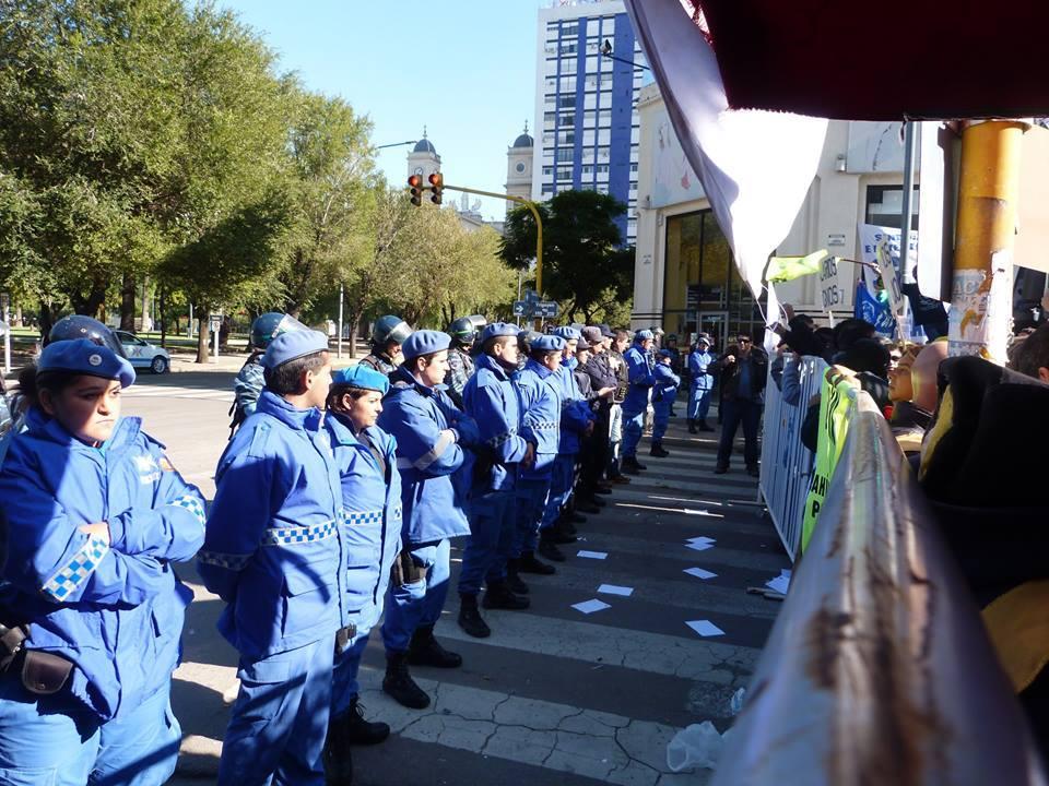 Elpueblo de Bahía Blanca despreció la presencia de la Gobernadora María Vidal. FOTO:  Ana María Cano