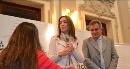Con gran desprecio la Gobernadora María Vidal mira a la ex bailarina que luego hará sacar del lugar.