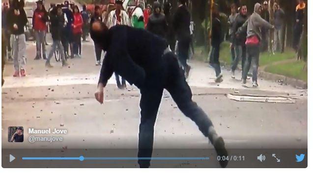 Los policías lanzan balas de goma y piedras contra los manifestantes.