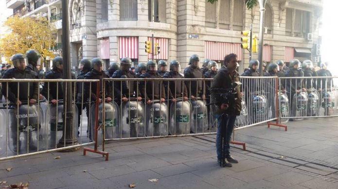 La guardia militarizada impidió a los ciudadanos acercarse a menos de 300 metros del acto. Solamente pasaron los alumnos que juraban a la Bandera, sus padres y maestros. FOTO: Fierro Tierno.