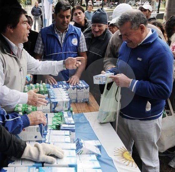 Los camioneros, gremio neo-aliado a Macri reparte leche en las calles.