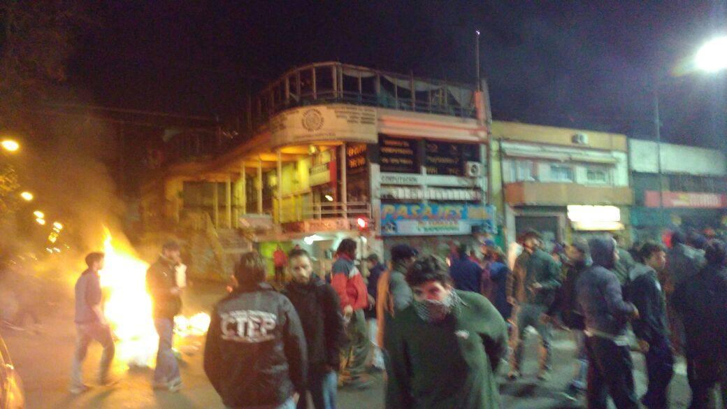 Según el periódico local ZonaNorteDiario cerca de 400 manofestantes pedían a la medianoche del jueves 23 la liberación de trabajadores detenidos. FOTO: CTEP