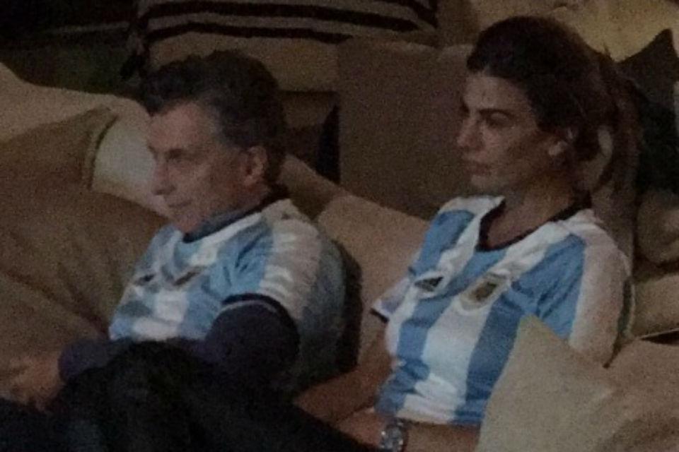 El día que Argentina jugó la final por la Copa América hizo frío, pero Awada estaba en remera. Evidentemente gozaba de la calefacción que Macri le niega a las clases trabajadoras. FOTO: Mauricio Macri