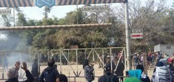 TRABAJADORES – Règimen | La dictadura jujeña reprime a trabajadores del Ingenio Ledesma.