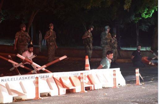 Golpistas turcos usan escudos humanos. FOTO: ANDES