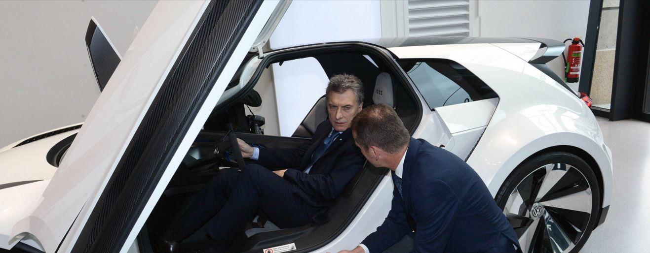Macri con empresarios alemanes. Se mostró sumiso y entreguista.