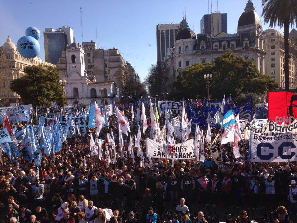 La manifestación tuvo una fuerte adhesión popular y de organizaciones de base y sindicales. FOTO: CTEP.