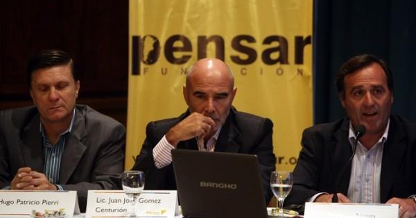 """Centurión (centro) en una reunión de la """"Fundación"""" PENSAR. Víctima de las internas de la ultraderecha en la Aduana."""