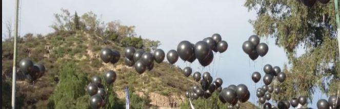 """Con globos negros y carteles de """"Persona n grata"""" los mendocinos recibieron a Mauricio Macri."""
