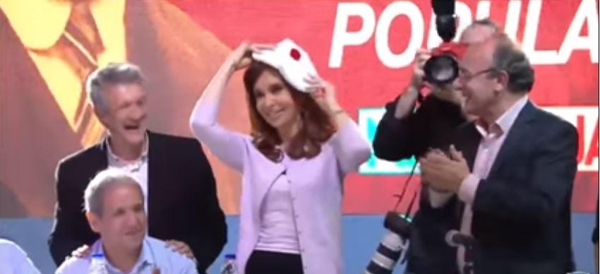 Leopoldo Moreau le regaló una boina blanca, tradicional en la UCR a la ex Presidenta Cristina Fernández.
