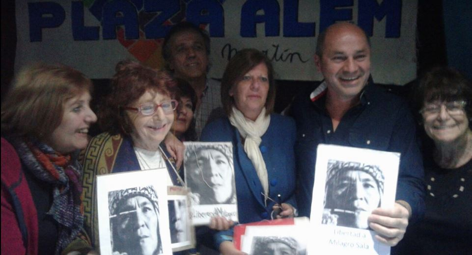 Mario Secco pidiendo por la libertad de Milagro Sala junto a Autoconvocados de Plaza Alem y Resistiendo con Aguante. FOTO: RAQUEL KOGAN.