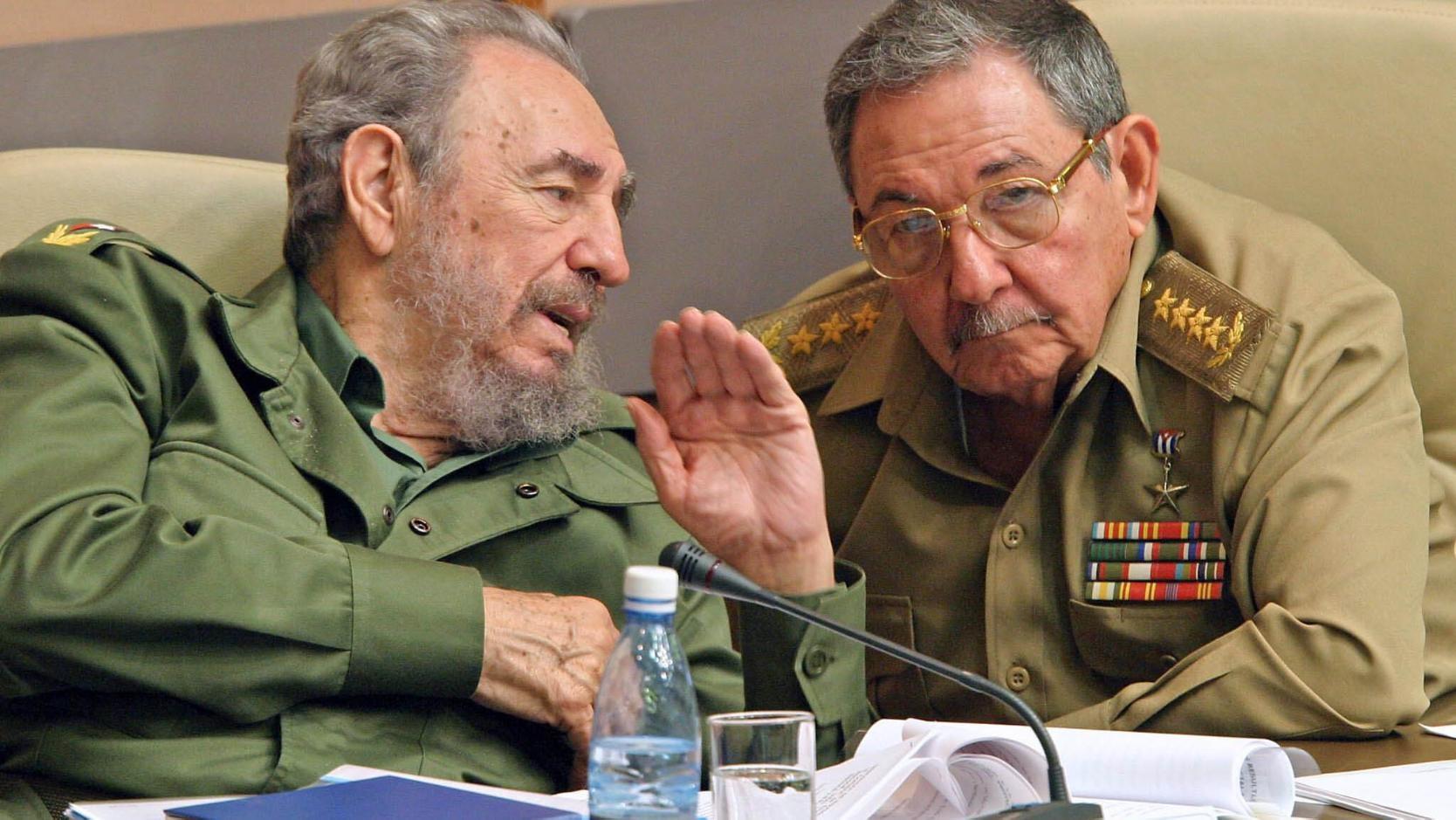 Fidel y Raúl Castro Ruz. Hermanos en la vida y en la Revolución.