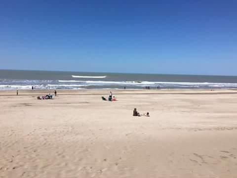 Las playas de Pinamar están vacías al igual que las de Mar del Plata y Villa Gesell.