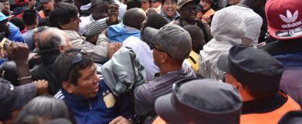 Desalojo violento de trabajadores de puestos callejeros.