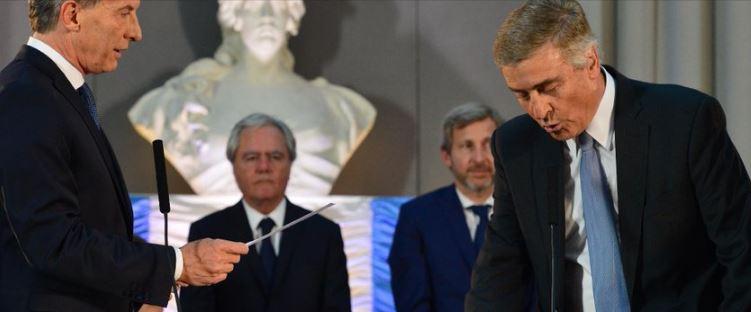 El Ministro Aguad (que colaboró con la última dictadura) jura ante Macri.