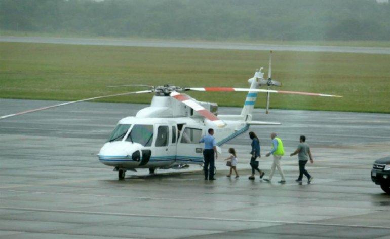 Awada subiendo en el helicóptero presidencial que la trajo desde Punta del Este.