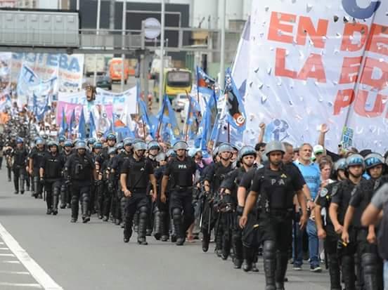 El Gobierno intimidó a los docentes con un despliegue policial pocas veces visto.