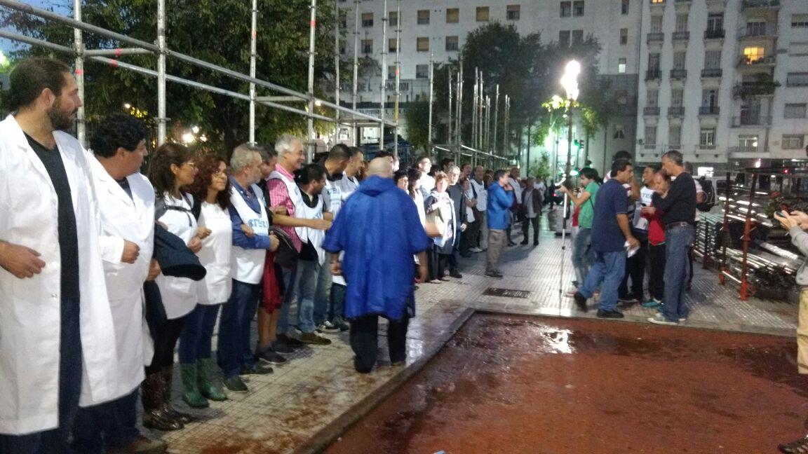 La policía de Macri impide la creativa protesta de los maestros. FOTO: UTE