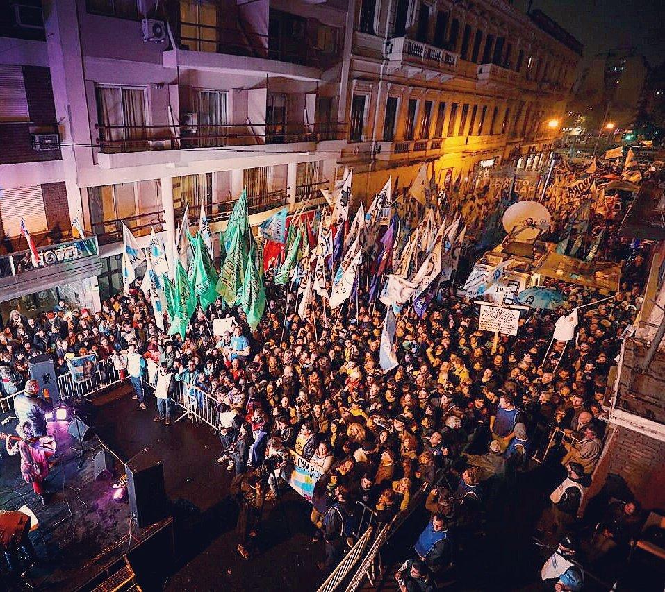 Una multitud siguió desde la calle del Instituto Patria las alternativas del reportaje. FOTO: Instituto Patria.