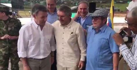El Presidente Juan Manuel Santos (izq.) y Rordigo Londoño (der) en el veredal de Meta.