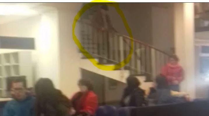 El anciano desde la escalera pide la atención de los presentes. Tiró su bastón y se pegó un tiro. Ni Macri ni Vidal se hicieron cargo.