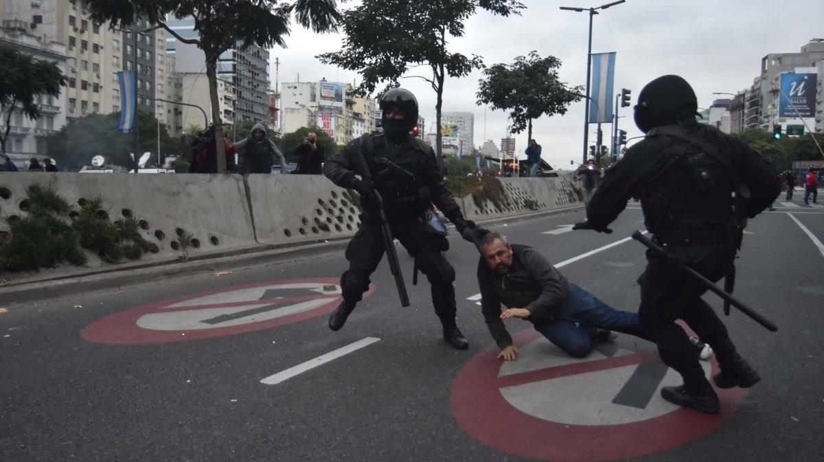 Los esbirros de Macri arrastran a un cooperativista bonaerense por el suelo.