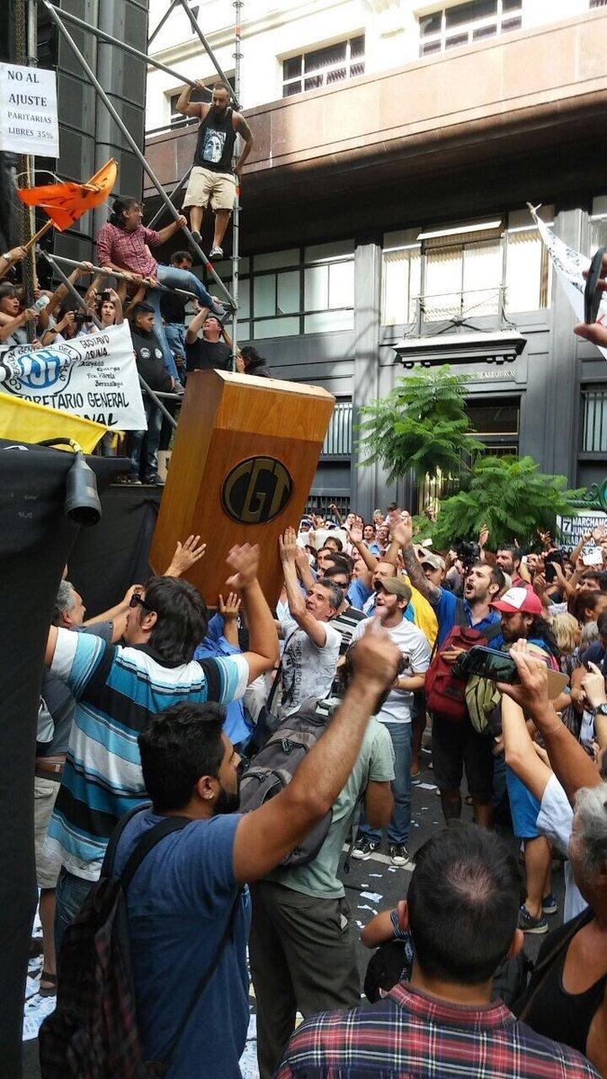 La CGT sigue sumando repudio por su tibieza. Imágenes de cuando los trabajadores se enojaron en Abril pasado.
