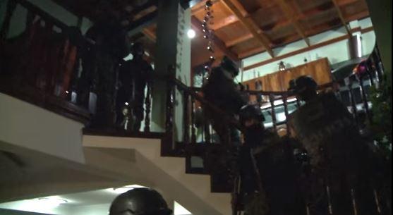 Humillante cantidad de policías de Vidal en el allanamiento a la casa de Enrique Antequera.