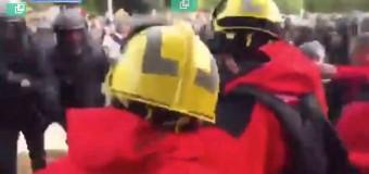 MUNDO – Catalunya | Los catalanes construyen barricadas ante las agresiones de los fascistas.