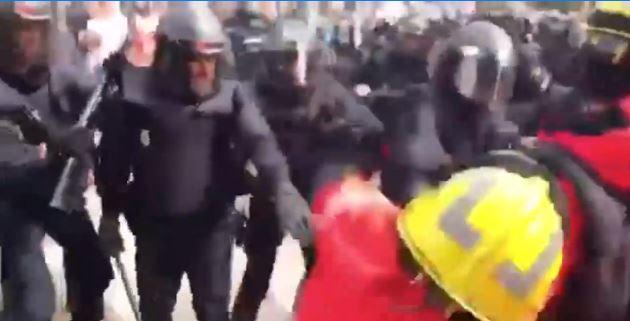 Policías de Madrid atacan a bomberos catalanes.