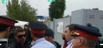 MUNDO – Catalunya | Los policías y bomberos catalanes enfrentan en plena calle a los uniformados fascistas.