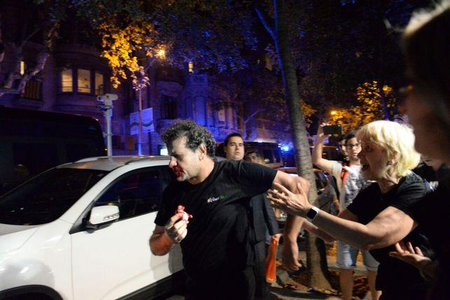 Fascistas agreden a periodistas en la puerta de Radio y TV Catalana. FOTO: ELDIARIO.ES