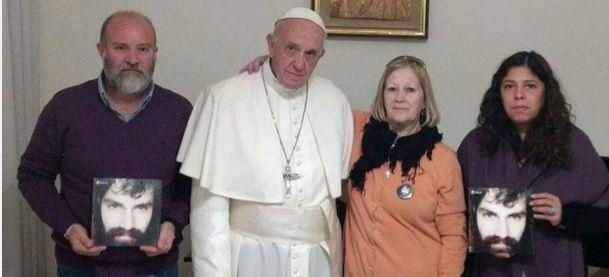 El líder de los católicos romanos recibió a la familia de Santiago Maldonado.
