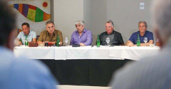 Schmid, Moyano, Barrionuevo, Moyano y Palazzo en el encuentro Cumbre en Mar del Plata. Macristas e independientes le pusieron freno al régimen.