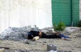 Un muerto yace en cualquier calle mexicana. Escena repetida a cotidiano en una verdadera degradación social del país.