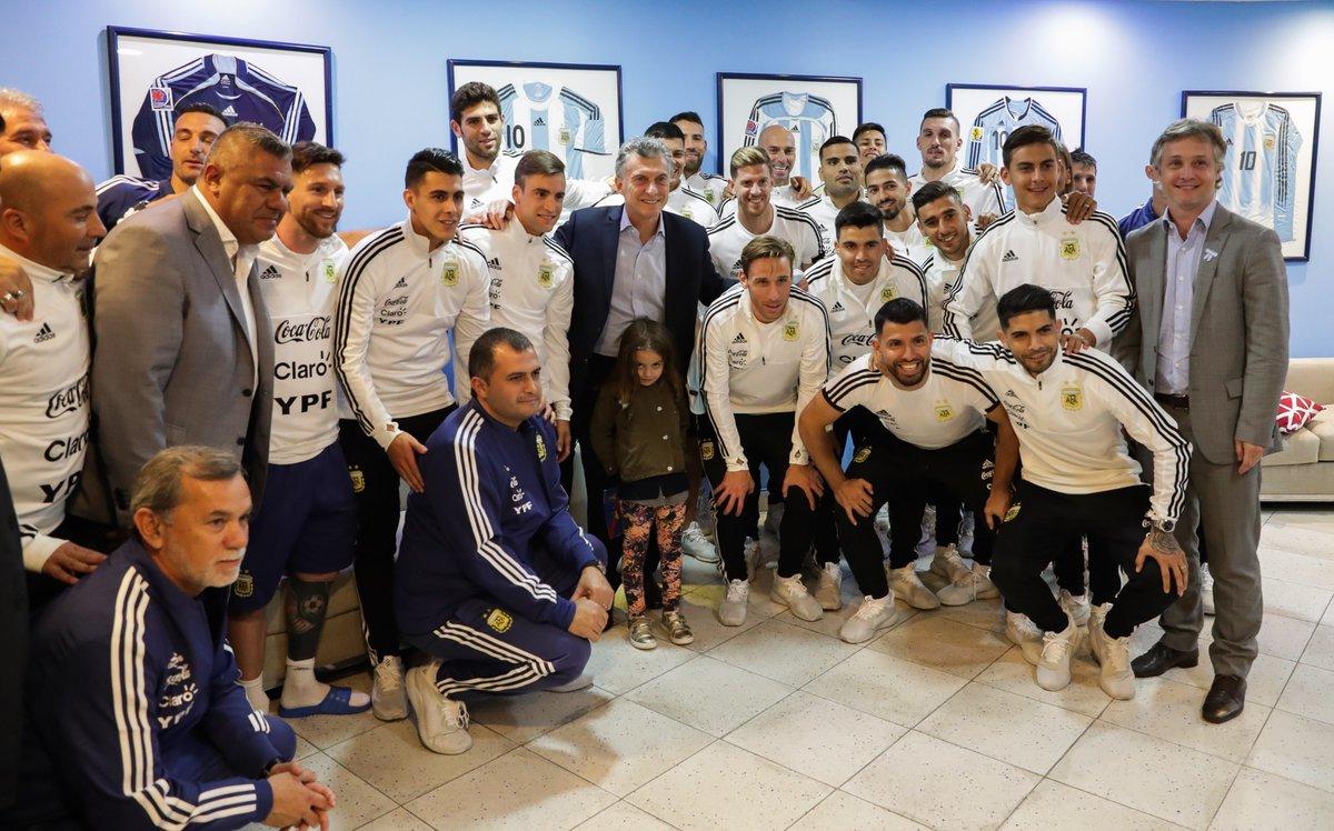 En medio de la crisis el Presidente se reunión con los jugadores de la Selección Nacional de fútbol.