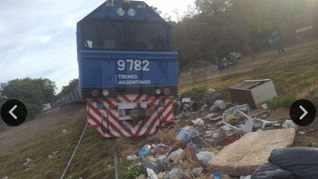Foto del Diario UNO de Santa Fé con la locomotora descarrillada y detenida por un pozo con basura.