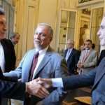 Macri y Pichetto se dan la mano. Observa el hermano de Carlos Menem.