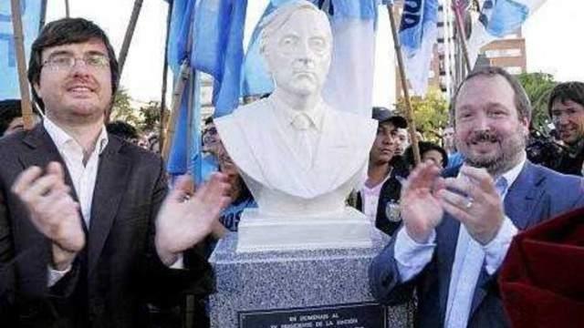 Busto del ex Presidente Néstor Kirchner el día que se instauró en Morón junto a los de Juan Perón y Eva Duarte.