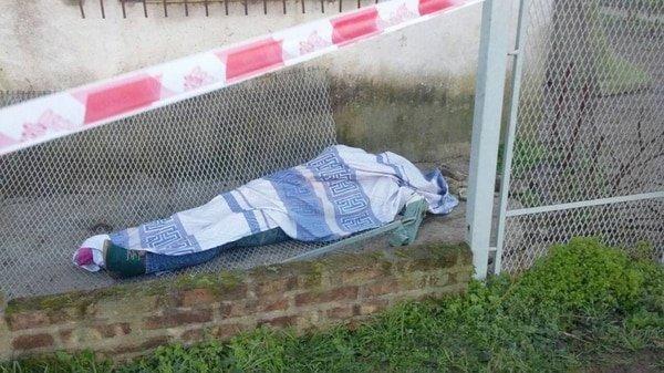 El cadáver del encargado espera su traslado en la Escuela que explotó en Moreno.