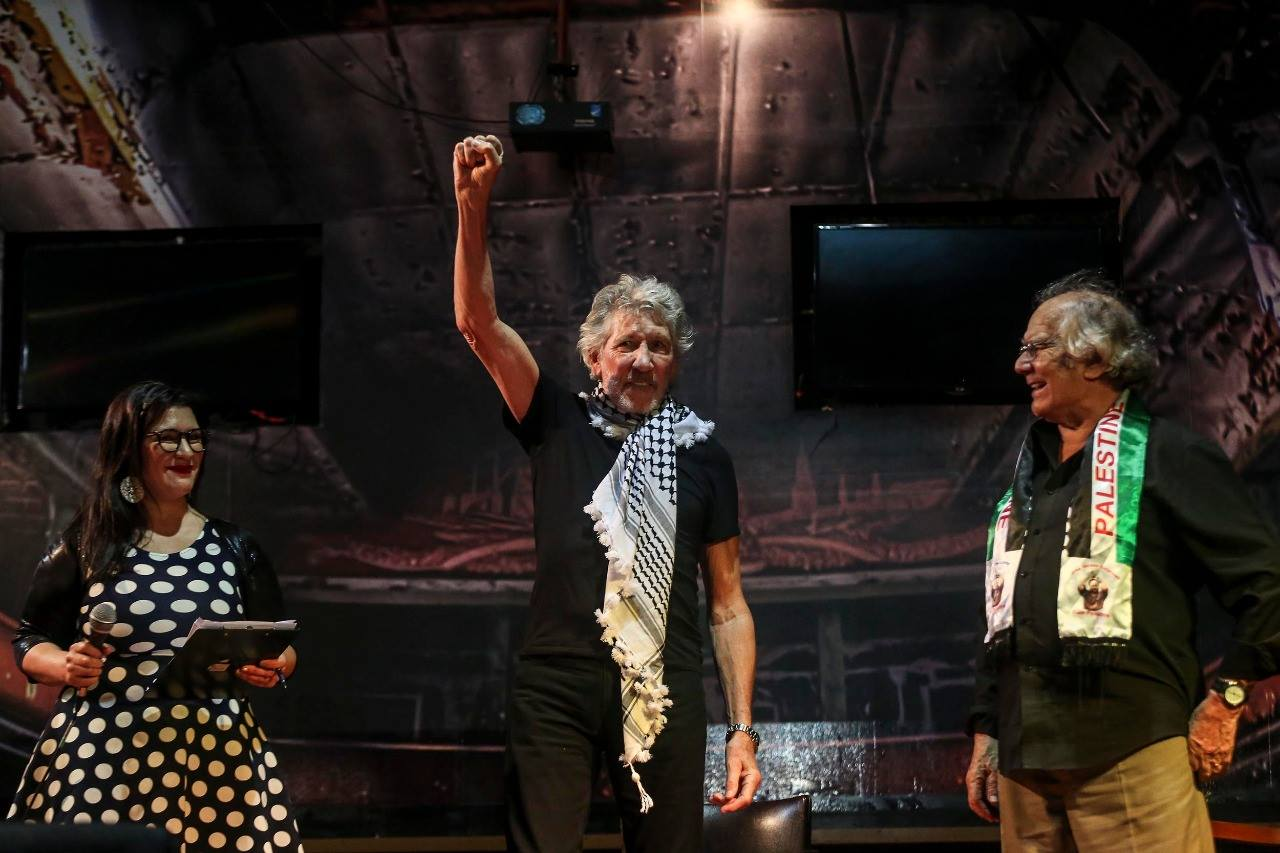 Roger Waters recibió el guardapolvo blanco por su compromiso con las luchas populares y la democracia.
