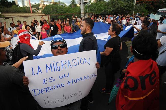 Miles de familia huyen de Honduras por la desocupación, la miseria y la represión.