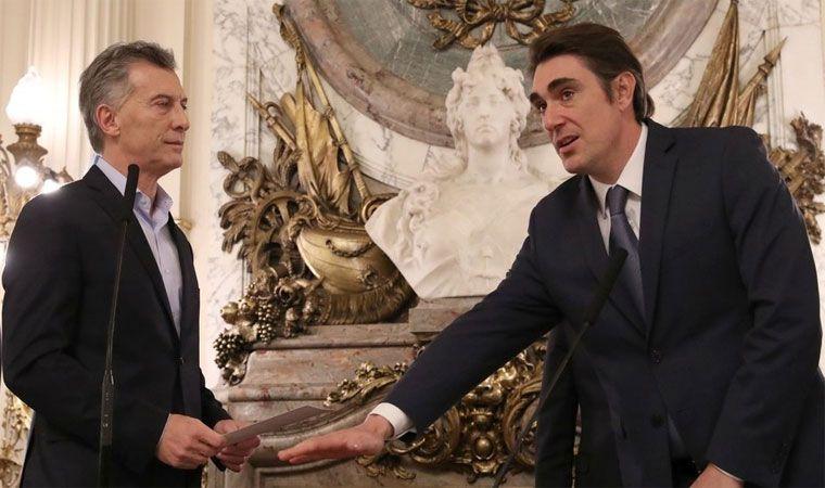 Macri le toma juramento a Iguacel.